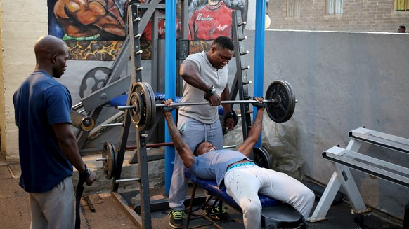REFILE - ADDING RESTRICTION Men lift weight at a township gym in Johannesburg's Alexandra township March 29, 2016. REUTERS/Siphiwe Sibeko         EDITORIAL USE ONLY. NO RESALES. NO ARCHIVE      TPX IMAGES OF THE DAY