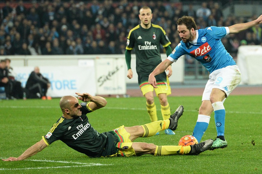 epa05175844 Napoli's Gonzalo Higuain (R) and Milan's Alex in action during the Italian Serie A soccer match SSC Napoli vs AC Milan at San Paolo stadium in Naples, Italy, 22 February 2016.  EPA/CIRO FUSCO
