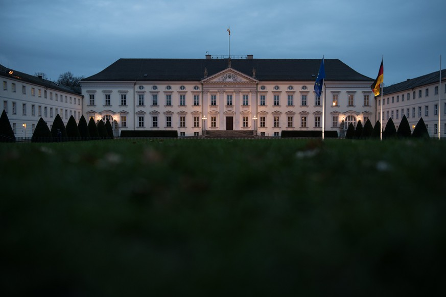 epa06348459 An exterior view of the Bellevue Palace (Schloss Bellevue), the seat of the German President, in Berlin, Germany, 24 November 2017. Exploratory talks between the German parties Christian Democratic Union (CDU), the Christian Social Union (CSU), the Greens and the Free Democratic Party (FDP) to form the next government failed 20 November after the FDP pulled out from the negotiations. As a result German President Frank-Walter Steinmeier holds talks with Germany's political party leaders to evaluate the possibility of either accepting a minority government or to initiate new elections.  EPA/STEFANIE LOOS