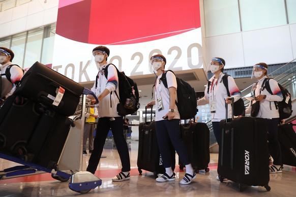 epa09355992 The South Korean national handball squad arrives at Narita airport near Tokyo, Japan, 21 July 2021, to compete in the Tokyo Olympics.  EPA/YONHAP SOUTH KOREA OUT
