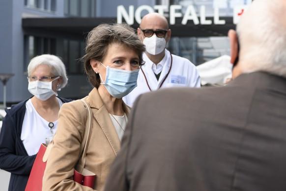 Bundesraetin Simonetta Sommaruga kommt fuer einen Spitalbesuch zum Inselspital, am Samstag, 24. Oktober 2020 in Bern. Der Berner Regierungsrat hatte am Freitag eine Reihe von Verboten beschlossen, um die Ausbreitung des Coronavirus einzudaemmen. Am kommenden Mittwoch wird der Bundesrat zum Coronavirus tagen. (KEYSTONE/Anthony Anex)