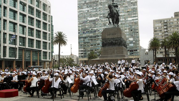 epa05079705 Children perform at Independencia Square, Montevideo, Uruguay, on 23 December 2015. Close to 600 young Uruguayans performed to celebrate Christmas and end the year of Municipio B, one of Montevideo's most crowded districts.  EPA/Juan Ignacio Mazzoni