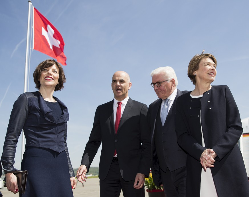 Swiss Federal President Alain Berset and his wife Muriel Zeender Berset, left, and German President Frank-Walter Steinmeier and his wife Elke Buedenbender, right, during Steinmeier's two days state visit to Switzerland at the Zurich airport in Kloten, Wednesday, April 25, 2018. (KEYSTONE/Peter Klaunzer)