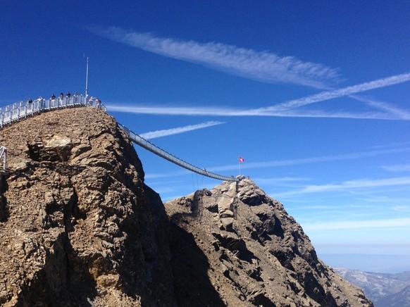Die erste und einzige Hängebrücke, welche zwei Berggipfel (Scex Rouge und Nebengipfel) verbindet gibt's beim Glacier 3000 bei Gstaad.