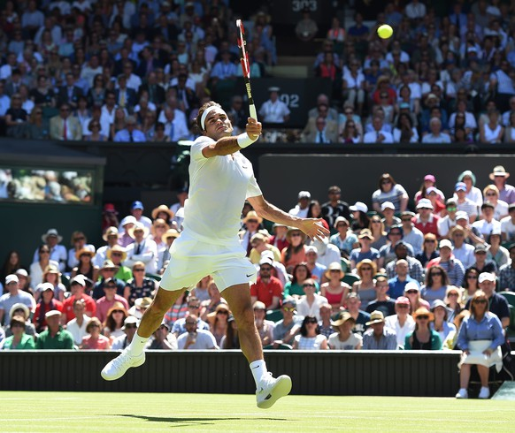 epa04825152 Roger Federer of Switzerland returns to Damir Zumhur of Bosnia in their first round match during the Wimbledon Championships at the All England Lawn Tennis Club, in London, Britain, 30 June 2015.  EPA/ANDY RAIN