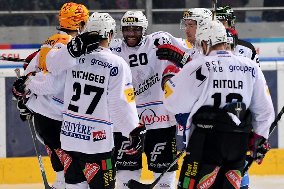Fribourg's player Greg Mauldin, center, celebrates the 0-1 goal, during the preliminary round game of National League A (NLA) Swiss Championship 2016/17 between HC Ambri Piotta and Fribourg-Gotteron, at the ice stadium Valascia in Ambri, Switzerland, Saturday, October 15, 2016. (KEYSTONE/Ti-Press/Samuel Golay)