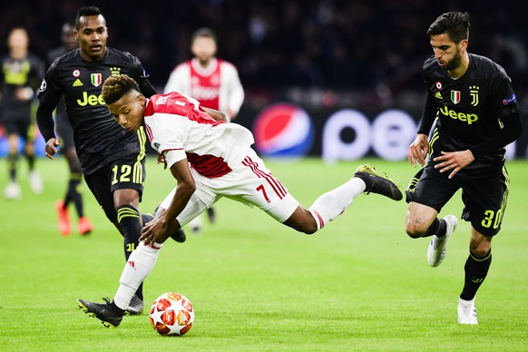 epa07497461 David Neres (C) of Ajax in action with Alex Sandro (L) and Rodrigo Bentancur (R) of Juventus. during the UEFA Champions League quarter final first leg soccer match betweeen Ajax Amsterdam and Juventus FC in Amsterdam, The Netherlands, 10 April 2019.  EPA/OLAF KRAAK