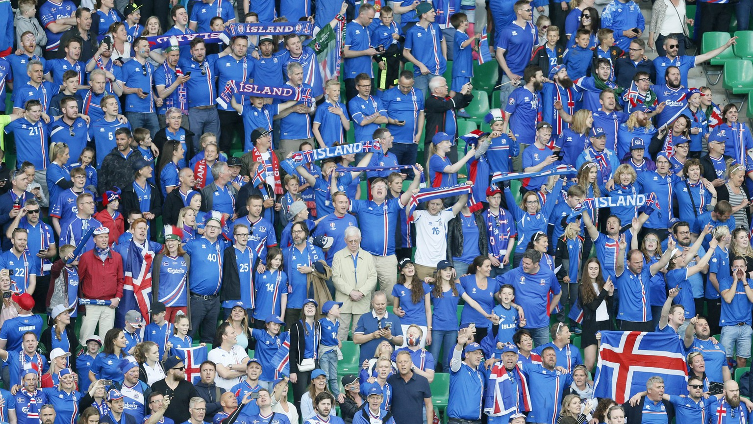 epa05365123 Iceland fans cheer for their team before the UEFA EURO 2016 group F preliminary round match between Portugal and Iceland at Stade Geoffroy Guichard in Saint-Etienne, France, 14 June 2016.