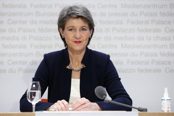 Bundespraesidentin Simonetta Sommaruga waehrend einer Medienkonferenz des Bundesrates zur aktuellen Lage im Zusammenhang mit dem Coronavirus, am Dienstag, 8. Dezember 2020, in Bern. (KEYSTONE/Peter Klaunzer)