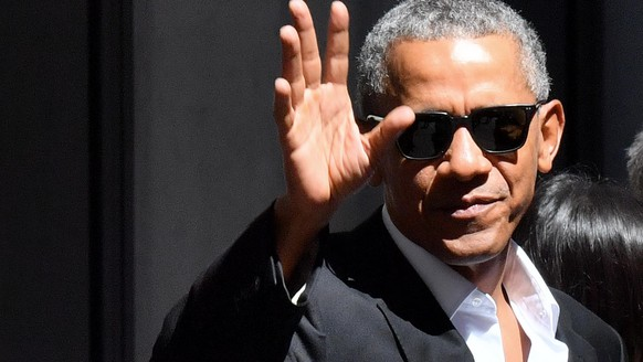epa05950697 Former US President Barack Obama waves as he leaves the Park Hyatt hotel in the center of Milan, Italy, 08 May 2017. Barack Obama is on his first visit to the Lombardy main city as part of a two day visit. Barak Obama on 09 May will hold a speech as guest of Honor at The Global Food Innovation Summit.  EPA/DANIEL DEL ZENNARO