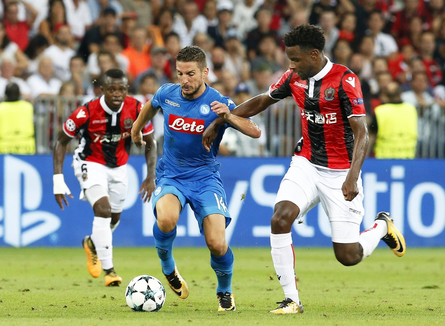 epa06156817 Adrien Tameze (R) of Nice in action against Dries Mertens (C) of Napoli during the UEFA Champions League playoff, second leg soccer match between OGC Nice and SSC Napoli in Nice, France, 22 August 2017.  EPA/SEBASTIEN NOGIER