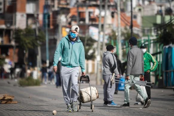 epa08452734 A man with face mask walks during a day of the mandatory quarantine, due to the coronavirus pandemic, at Villa 31 neighborhood in Buenos Aires, Argentina, 29 May 2020.  EPA/JUAN IGNACIO RONCORONI