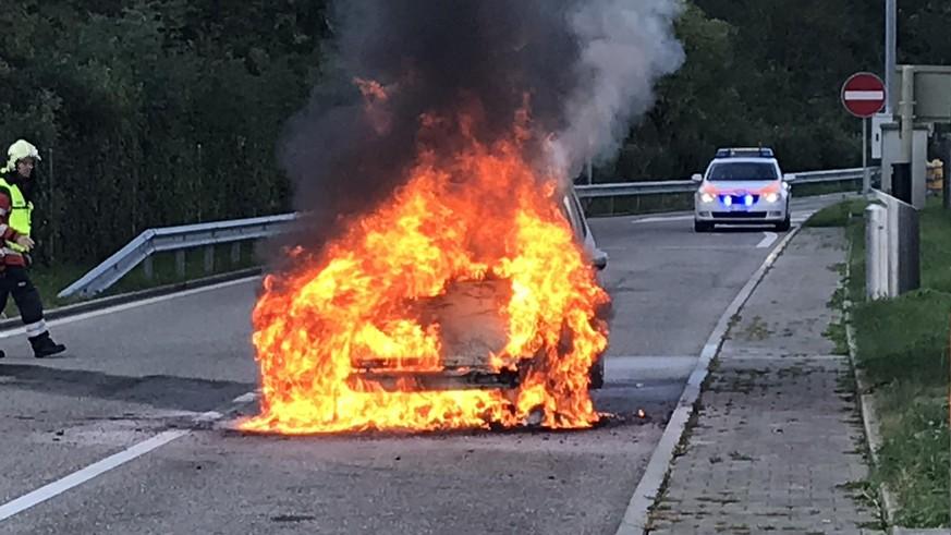 Auto bei Brand auf Autobahn-Rastplatz komplett zerstört