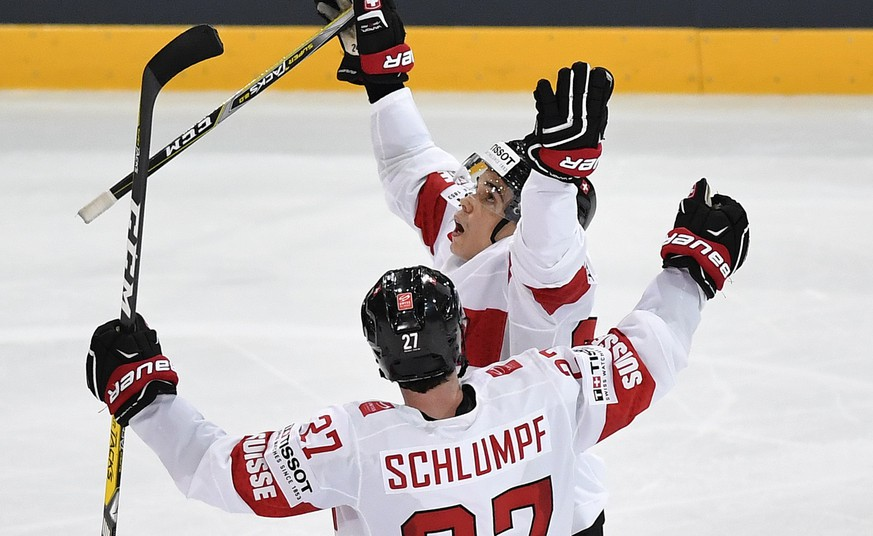 Switzerland's Reto Suri, right, and Switzerland's Dominik Schlumpf celebrate their second goal during their Ice Hockey World Championship group B preliminary round match between Switzerland and Czech Republic in Paris, France on Tuesday, May 16, 2017. (KEYSTONE/Peter Schneider)
