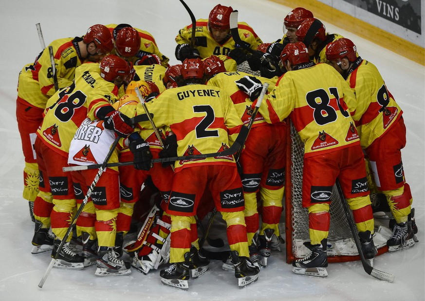 Les joueurs du HC Sierre, se concentrent au debut du match de National League B, LNB, du championnat suisse de hockey sur glace, entre le Lausanne HC, LHC, et le HC Sierre, ce samedi 22 decembre 2012 a la patinoire de Malley a Lausanne. (KEYSTONE/Jean-Christophe Bott)