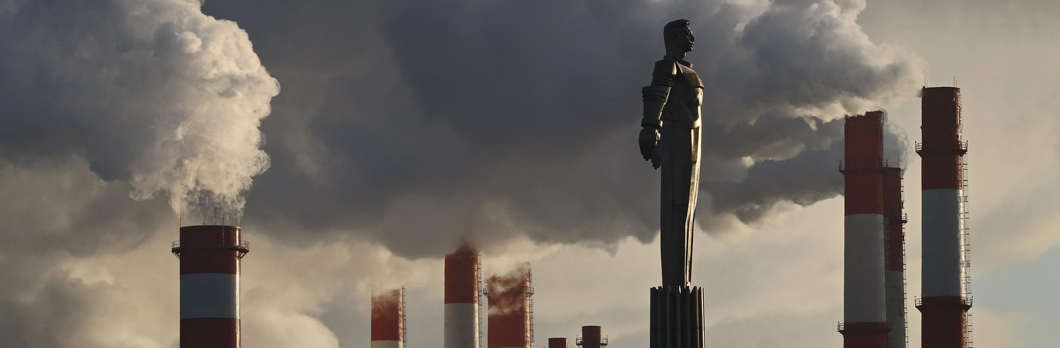 epaselect epa05673978 The monument of the first cosmonaut Yuri Gagarin is seen in front of smoke rising from factory chimneys in Moscow, Russia, 13 December 2016. Temperature dropped to minus 13 degrees Celsius in Moscow.  EPA/YURI KOCHETKOV