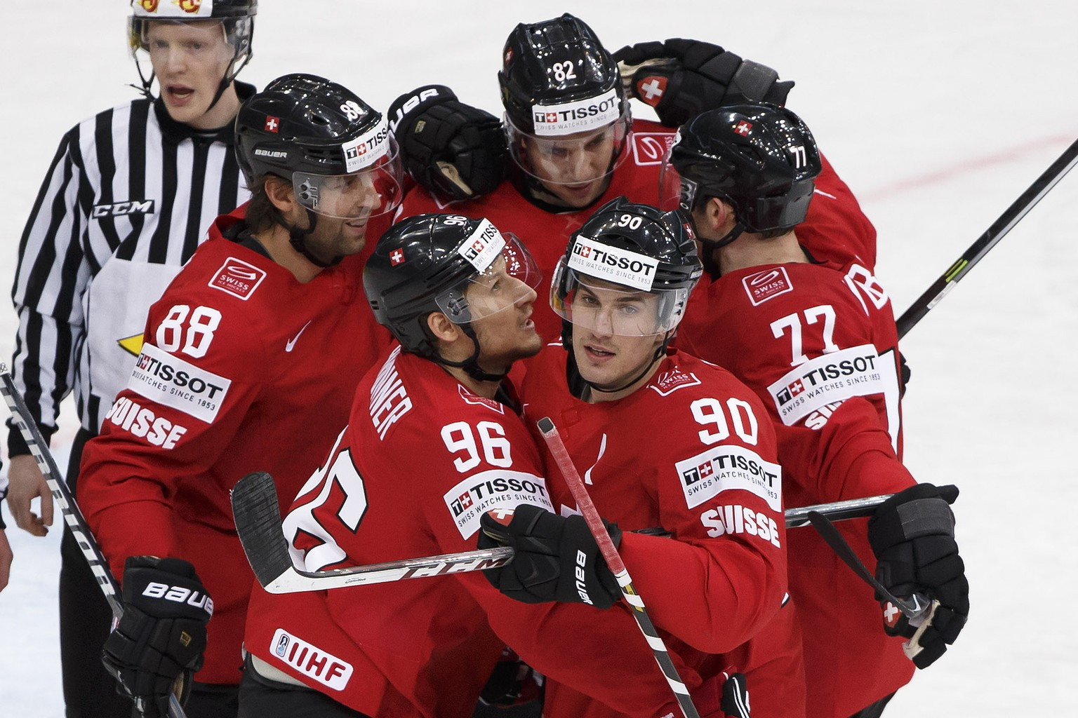 Switzerland's Damien Brunner, bellow left, is congratued by his teammate Roman Josi, bellow right, and Kevin Romy (88), Simon Moser, back centre, and Yannick Weber, right, after scoring the 1:0 during the 2014 IIHF Ice Hockey World Championships preliminary round game Switzerland vs Germany, at the Minsk Arena, in Minsk, Belarus, Wednesday, May 14, 2014. (KEYSTONE/Salvatore Di Nolfi)