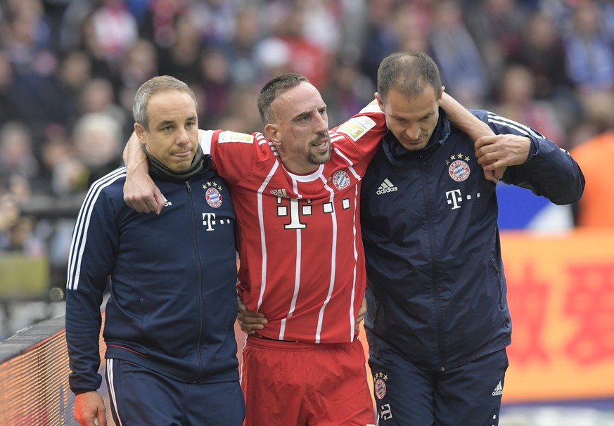 epa06238350 Bayern's Franck Ribery (C) leaves the pitch after being injured during the German Bundesliga soccer match between Hertha BSC and FC Bayern Munich in Berlin, Germany, 01 October 2017.  EPA/CLEMENS BILAN EMBARGO CONDITIONS - ATTENTION: Due to the accreditation guidlines, the DFL only permits the publication and utilisation of up to 15 pictures per match on the internet and in online media during the match.