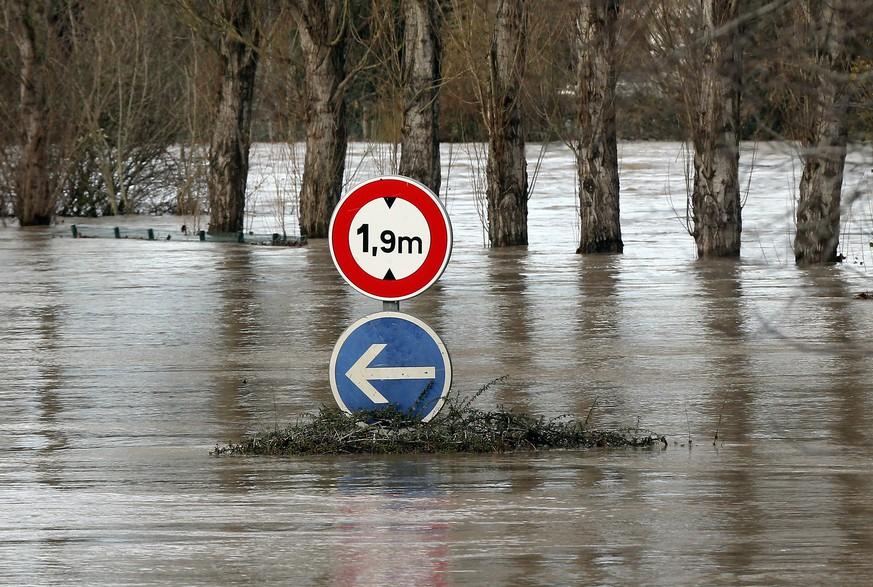 Brennpunkte - Zehntausende Haushalte wegen Unwetters in Frankreich weiter ohne Strom