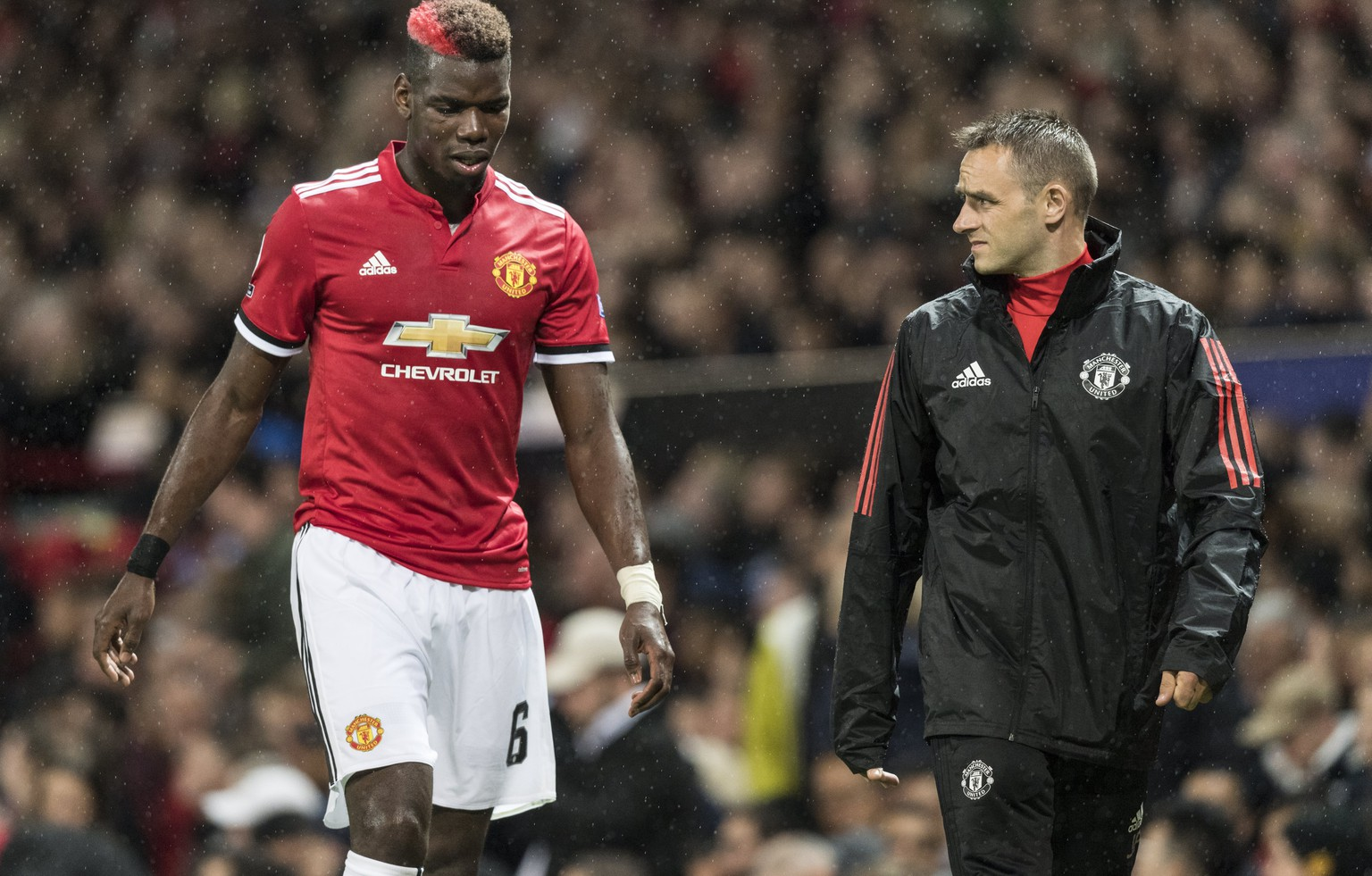 epa06200660 Manchester United's Paul Pogba (L) leaves the pitch injured during the UEFA Champions League soccer match between Manchester United and FC Basel 1893 at the Old Trafford Stadium, in Manchester, Britain, 12 September 2017.  EPA/ANTHONY ANEX