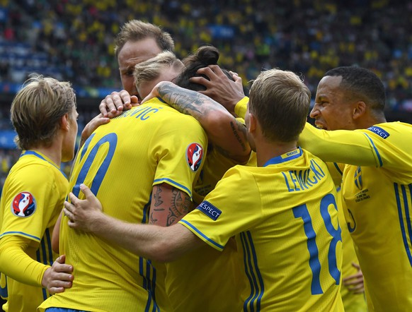 epa05362375 Zlatan Ibrahimovic (C) of Sweden celebrates the equalizer with teammates during the UEFA EURO 2016 group E preliminary round match between Ireland and Sweden at Stade de France in Saint-Denis, France, 13 June 2016.