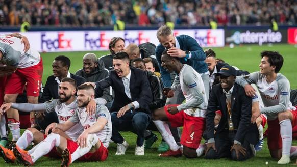 epa06665334 Salzburg's team celebrates after winning the UEFA Europa League quarter final second leg soccer match between RB Salzburg and SS Lazio in Salzburg, Austria, 12 April 2018.  EPA/ANDREAS SCHAAD