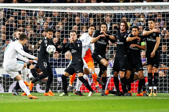 epa06525618 Real Madrid's Cristiano Ronaldo (L) takes a free kick during the UEFA Champions League round of 16, first leg soccer match between Real Madrid and Paris Saint-Germain (PSG) at Santiago Bernabeu stadium in Madrid, Spain, 14 February 2018.  EPA/JUANJO MARTIN