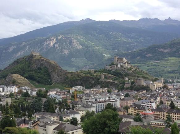 Mit so einem Panorama müssten Etappen immer enden: Sion mit der Ruine Tourbillon (l.) und dem Schloss Valère (r.).
