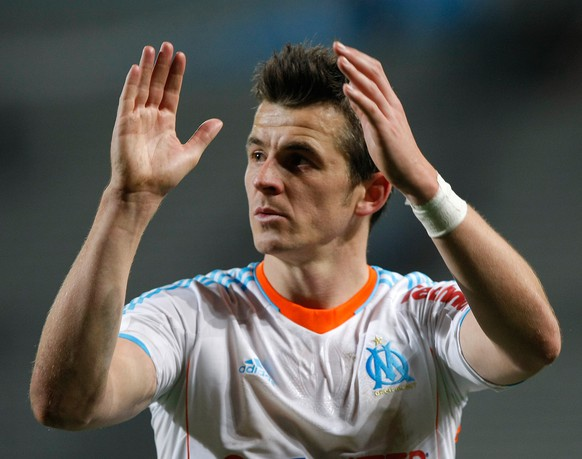 Marseille's midfielder Joey Barton applauds during their French League One soccer match  against Lorient, in Marseille, southern France, Sunday, Dec. 9, 2012. (AP Photo/Claude Paris) WO SPIELT HEUTE?