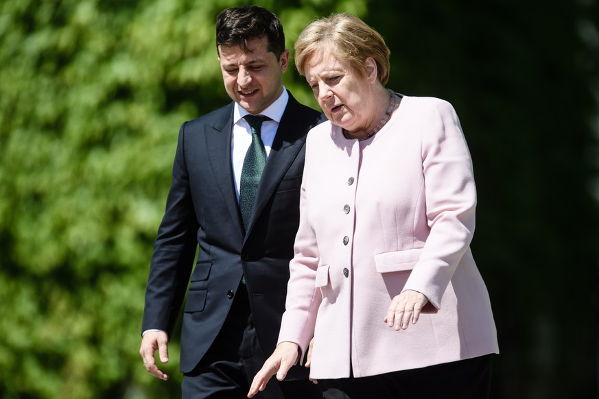 epa07655400 German Chancellor Angela Merkel (R) and Ukraine's President Volodymyr Zelensky during a reception with military honors at the Chancellery in Berlin, Germany, 18 June 2019. German Chancellor Angela Merkel and Ukraine's President Volodymyr Zelensky met for bilateral talks.  EPA/CLEMENS BILAN