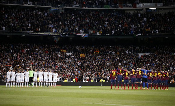 Real Madrid and Barcelona players observe a minute of silence for former Prime Minister Adolfo Suarez, who died on Sunday, before La Liga's second 'Clasico' soccer match of the season at Santiago Bernabeu stadium in Madrid March 23, 2014.  REUTERS/Sergio Perez (SPAIN - Tags: SPORT SOCCER POLITICS OBITUARY)