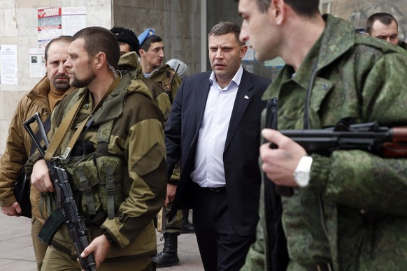 Head of the self-proclaimed Donetsk People's Republic Alexander Zakharchenko (C) leaves after the first session of the new local parliament in Donetsk, eastern Ukraine, November 14, 2014.  REUTERS/Maxim Zmeyev (UKRAINE - Tags: POLITICS CIVIL UNREST)