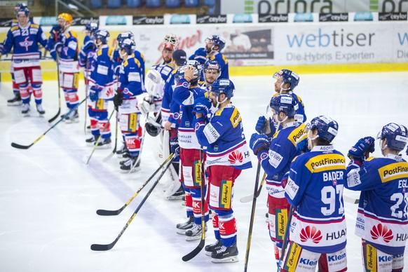 Die Spieler des EHC Kloten nach der Niederlage in der Verlaengerung im vierten Eishockey Spiel des Playout-Final der National League zwischen dem EHC Kloten und dem HC Ambri-Piotta am Montag, 2. April 2018, in Kloten. (KEYSTONE/Patrick B. Kraemer)