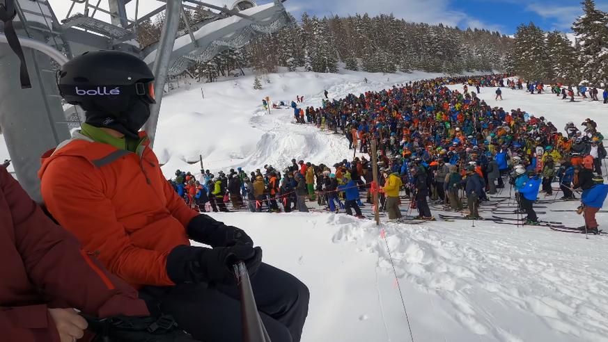 An dieser Monsterschlange mussten Skifahrer anstehen, um auf den Lift zu kommen 😨