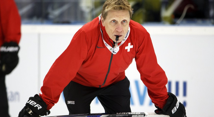 epa04746823 Glen Hanlon, head coach of Switzerland's national ice hockey team, looks on his players during a training session, one day before the quarterfinal against the USA at the IIHF 2015 World Championship, at the CEZ Arena, in Ostrava, Czech Republic, 13 May 2015.  EPA/SALVATORE DI NOLFI