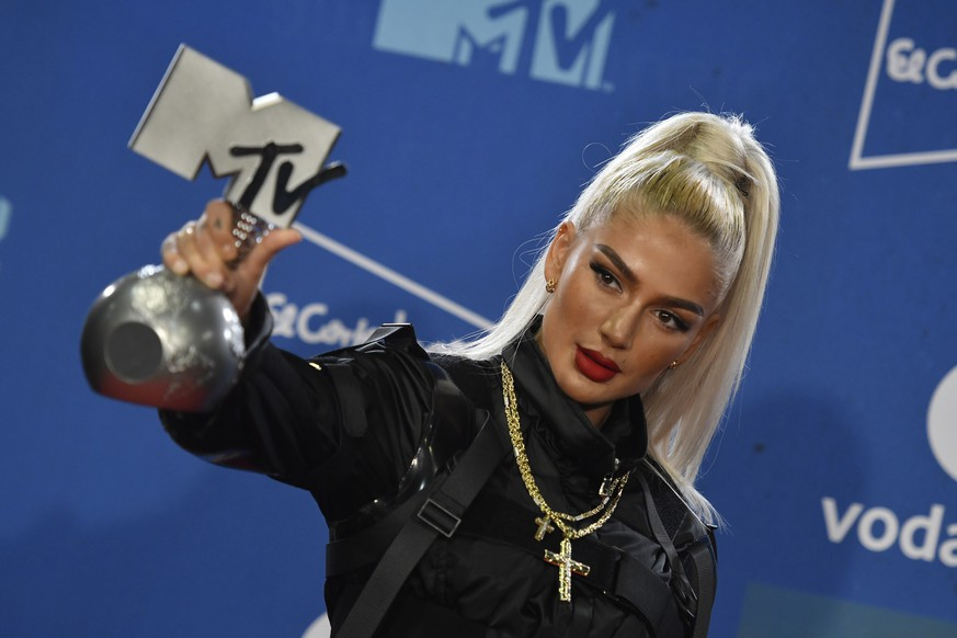 epa07970638 Swiss Rapper Loredana poses with her award during the MTV European Music Awards 2019 (MTV EMA 2019), held at the FIBES Conference and Exhibition Centre in Seville, Andalusia, Spain, 03 November 2019.  EPA/RAUL CARO CARDENAS