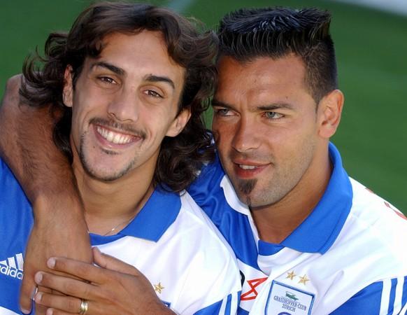 Der neue Spieler Jose Manuel Chatruc aus Argentinien, links, strahlt mit Landsmann Fernando Gamboa, rechts, beim Fototermin der Grasshoppers auf dem Zuercher Hardturm am Montag, 14. Juli 2003. (KEYSTONE/Walter Bieri)