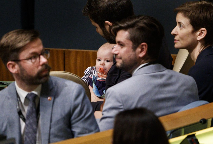 epa07043963 Clarke Gayford (3-R), partner of New Zealand Prime Minister Jacinda Ardern, holds their daughter Neve (C) while Ardern speaks at the Nelson Mandela Peace Summit during the 73rd session of the General Assembly of the United Nations at United Nations Headquarters in New York, New York, USA, 24 September 2018. The General Debate of the 73rd session begins on 25 September 2018.  EPA/JUSTIN LANE