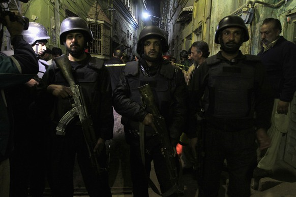 Policemen stand guard near the site of a suicide bomb attack in Rawalpindi January 9, 2015. At least six people were killed and 17 wounded by a suicide bomber outside a Shi'ite mosque in the Pakistani city of Rawalpindi on Friday, police said. The attack took place after a large number of people had gathered in the mosque for a religious event. REUTERS/Faisal Mahmood (PAKISTAN - Tags: CIVIL UNREST POLITICS CRIME LAW RELIGION)