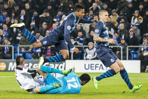 Basel's Derlis Gonzalez, left, scores the first goal against Porto's Casemiro, above, Porto's Maicon, right, and Porto's goalkeeper Fabiano, below, during an UEFA Champions League round of sixteen first leg soccer match between Switzerland's FC Basel 1893 and Portugal's FC Porto in the St. Jakob-Park stadium in Basel, Switzerland, on Wednesday, February 18, 2015. (KEYSTONE/Patrick Straub)