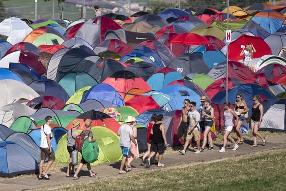 epa04849220 Festival-goers walk through the tent village at the Gurten music open air festival in Bern, Switzerland, 16 July 2015. The Gurtenfestival runs from 16 to 19 July.  EPA/PETER KLAUNZER