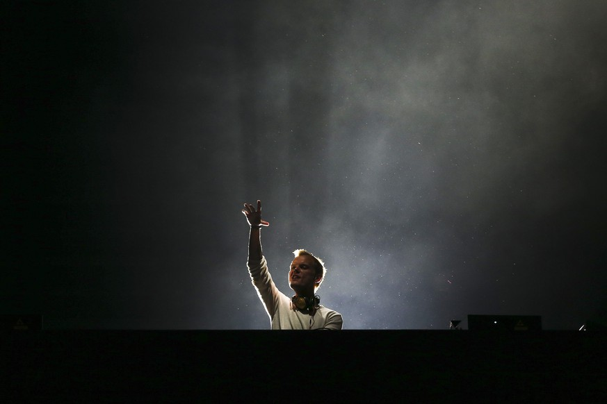 epaselect epa05336868 Swedish DJ Avicii performs performs  on the last day of the Rock in Rio Lisbon festival at Parque da Bela Vista in Lisbon, Portugal, 29 May 2016.  EPA/JOSE SENA GOULAO