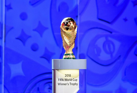 epa04860274 The FIFA World Cup Trophy on display during the Preliminary Draw of the FIFA World Cup 2018 at Konstantinovsky palace outside St.Petersburg, Russia, 25 July 2015. St.Petersburg is one of the host cities of the FIFA World Cup 2018 in Russia which will take place from 14 June until 15 July 2018.  EPA/MARCUS BRANDT
