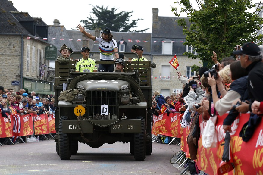 epa05399833 Tinkoff team rider Alberto Contador (2-L), Peter Sagan (C) and teammates arrive in a military truck for the team's presentation two days ahead of the 103rd edition of the Tour de France 2016 cycling race in Sainte-Mere-Eglise, Normandy, France, 30 June 2016. The 103rd edition of the Tour de France 2016 cycling race will start in Mont Saint-Michel on 02 July.  EPA/SEBASTIEN NOGIER