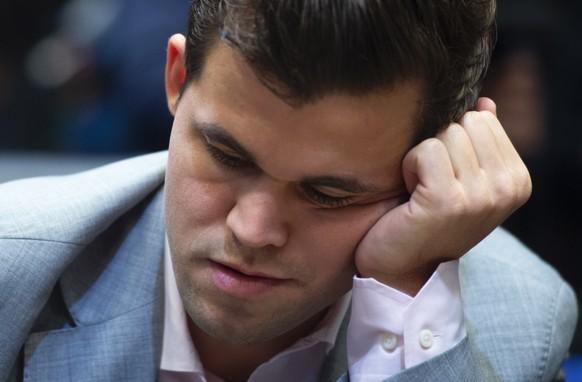 epa07191315 Norway's World Chess Champion Magnus Carlsen plays against US challenger Fabiano Caruana at the Round Twelve game during the World Chess Championship 2018 in London, Britain, 26 November 2018.  EPA/FACUNDO ARRIZABALAGA