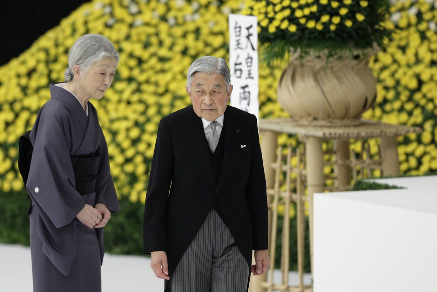 epa04884450 Japanese Emperor Akihito (R) and Empress Michiko stand before an altar during a memorial service at Nippon Budokan Hall in Tokyo, Japan, 15 August 2015. The annual ceremony marked the 70th anniversary of the end of World War II, remembering the Japanese soldiers and civilians who lost their lives.  EPA/KIYOSHI OTA