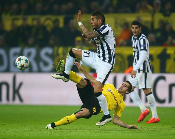 DORTMUND, GERMANY - MARCH 18:  Henrikh Mkhitaryan of Borussia Dortmund and Roberto Pereyra of Juventus battle for the ball during the UEFA Champions League Round of 16 between Borussia Dortmund and Juventus at Signal Iduna Park on March 18, 2015 in Dortmund, Germany.  (Photo by Alex Grimm/Bongarts/Getty Images)