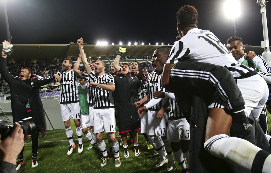 Football Soccer - Fiorentina v Juventus - Italian Serie A - Artemio Franchi stadium, Florence, Italy - 24/04/16  Juventus' players celebrate at the end of the match against Fiorentina.   REUTERS/Stefano Rellandini