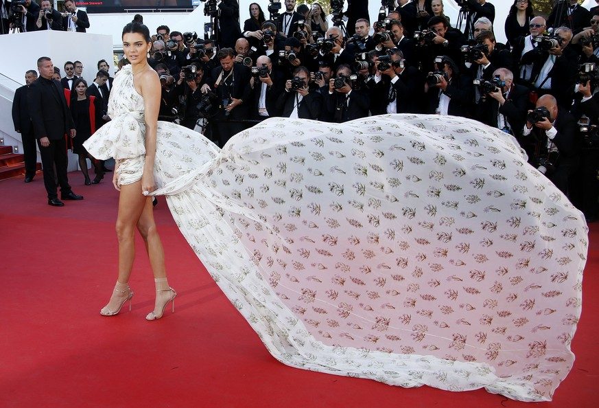 epa05977125 Kendall Jenner arrives for the premiere of '120 Battements par Minute' (Beats per Minute) during the 70th annual Cannes Film Festival, in Cannes, France, 19 May 2017. The movie is presented in the Official Competition of the festival which runs from 17 to 28 May.  EPA/SEBASTIEN NOGIER
