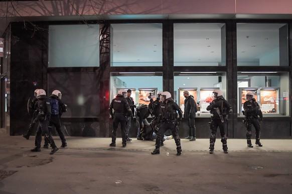 Polizisten nehmen einen Jugendlichen fest, am Freitag, 2. April 2021, in St. Gallen. In der St. Galler Innenstadt haben Jugendliche am Freitagabend die Polizei attackiert. Sie bewarfen die Einsatzkraefte gegen 21 Uhr mit Gegenstaenden, diese wiederum antworteten mit Gummischrot und fuehrten Personenkontrollen durch. Nach Polizeiangaben besammelten sich auf und um den Roten Platz 300 bis 350 Jugendliche. (KEYSTONE/Michel Canonica)